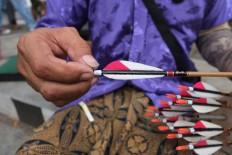Checking the arrow's straightness. JP/ Ganug Nugroho Adi