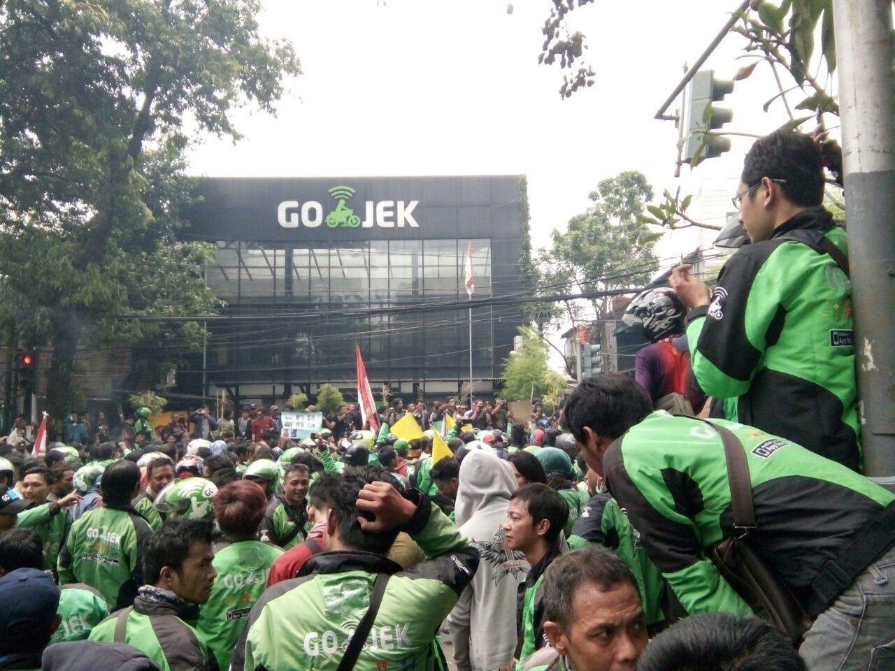 Hundreds of Go-Jek drivers protest 'unfair policy'