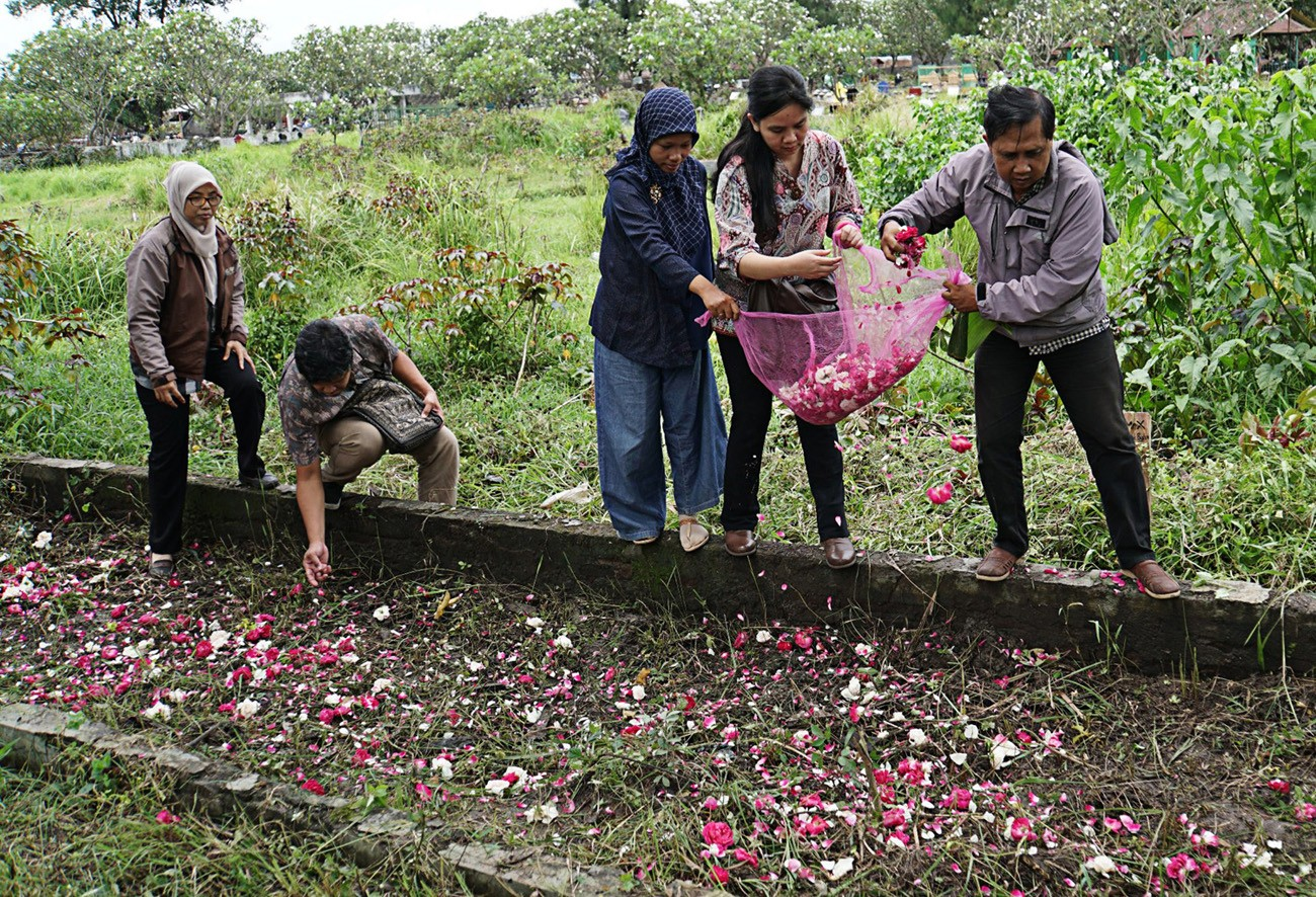 Rights activists visits mass grave of May 1998 tragedy victims in Surakarta