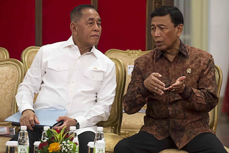 Govt still working on release of hostages: Defense minister