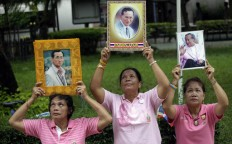 Anxious Thais don pink for ailing King Bhumibol