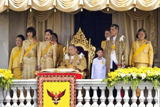 Thai govt officials pledge allegiance to Chakri dynasty