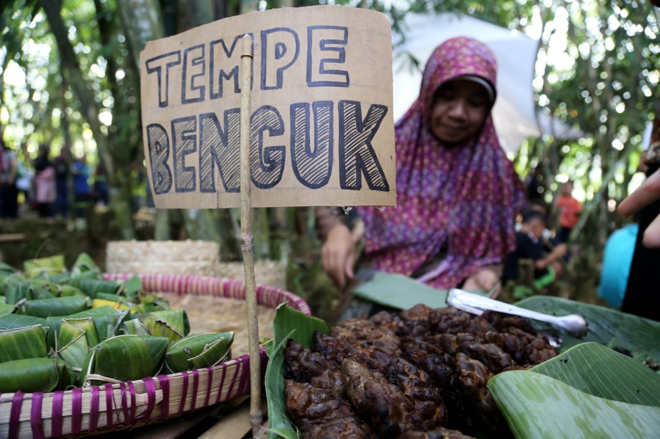 At Papringan Market, visitors can enjoy tempe benguk [non-soybean tempeh],  a Caruban village traditional cuisine. JP/Ganug Nugroho Adi