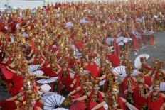 The Gandrung dancers formation during Gandung Sewu Festival 2016 at Boom Beach, Banyuwangi, East Java on saturday, September 17, 2016. JP/Wendra Ajistyatama