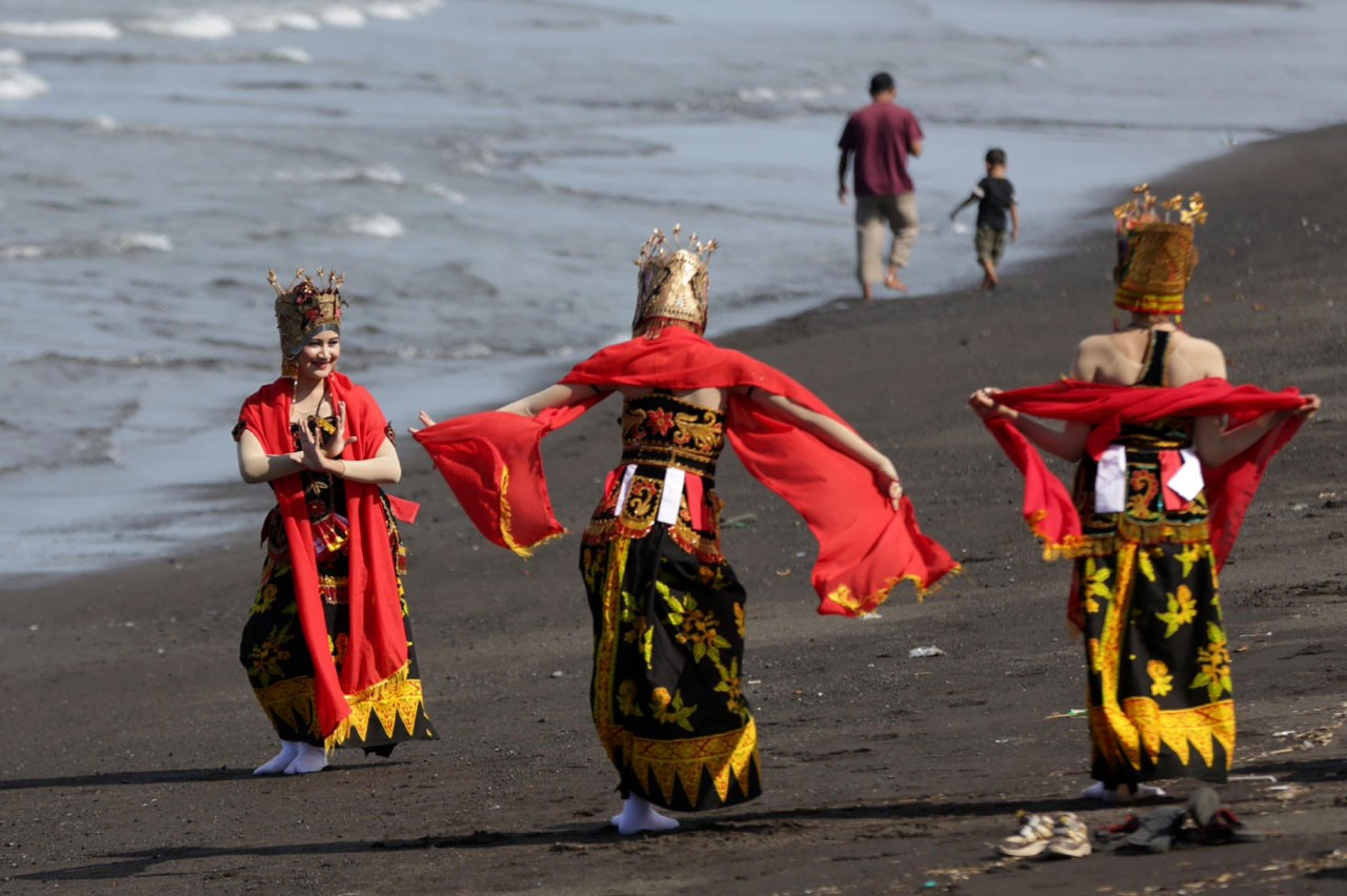 Dancers rehearse on the beach to ensure a clean performance. JP/ Wendra Ajistyatama