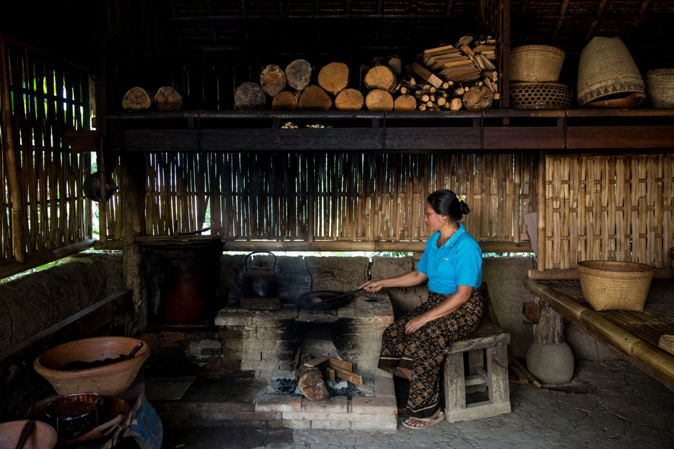 A woman roasts coffee beans at Bali Pulina in Tegalalang, Bali. The agrotourism center is widely known in Bali as a place to enjoy luwak coffee. JP/Agung Parameswara