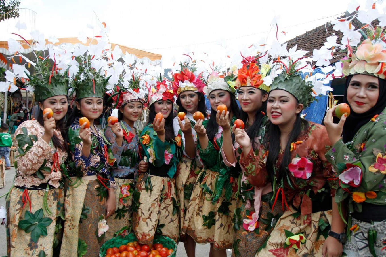 Dancers pose with tomatoes in Cikareumbi Kampung of Lembang subdistrict in West Bandung regency on Oct. 19. JP/Arya Dipa