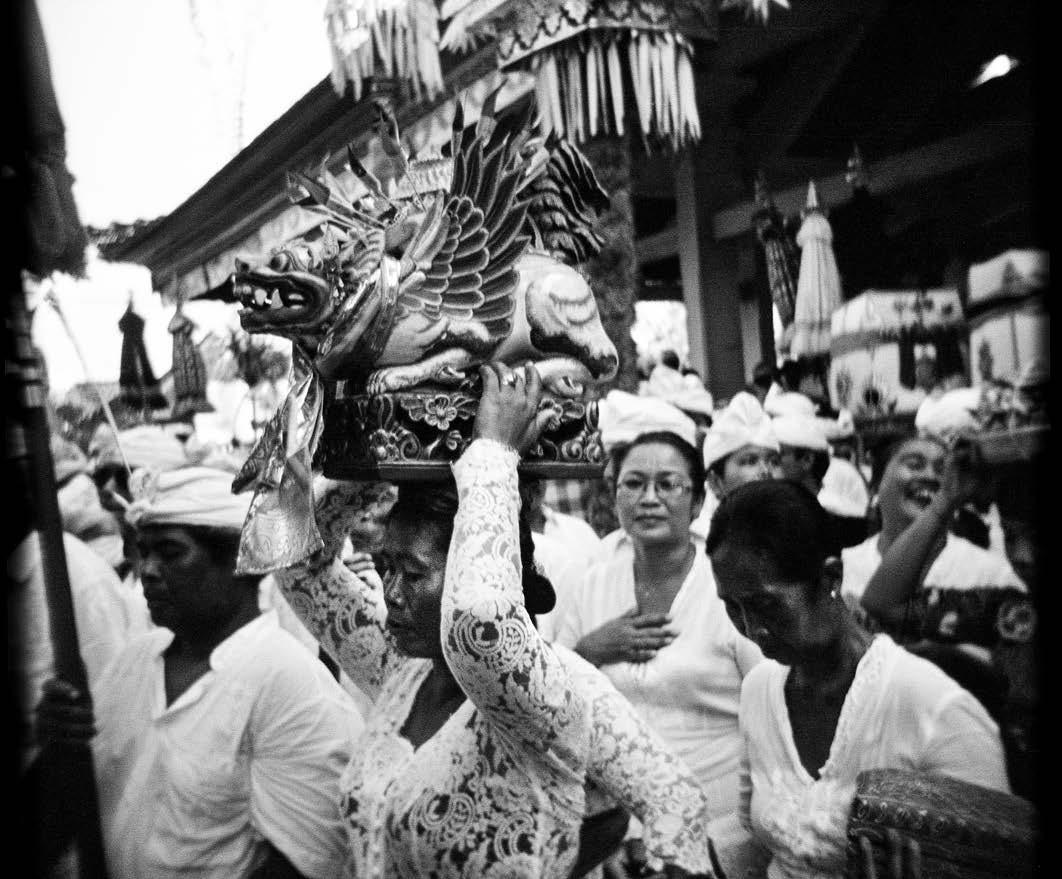 A woman carries a sacred statue at Petilan Temple during the Pengerebongan ritual in Kesiman village, Denpasar. JP/ Agung Parameswara