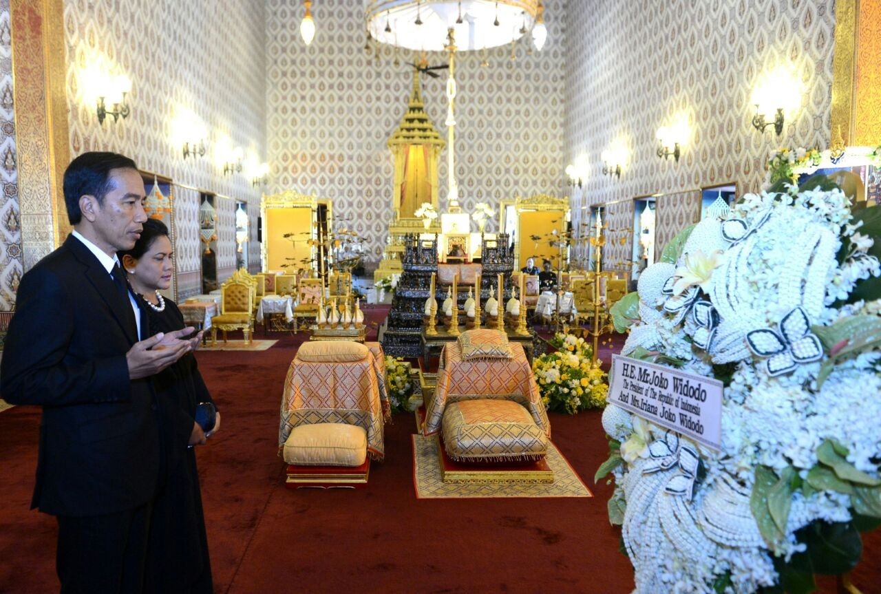 Jokowi lays wreath for Thailand's King Bhumibol