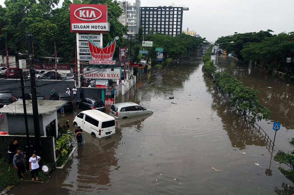 Cars submerged, thousands evacuated in Bandung flood