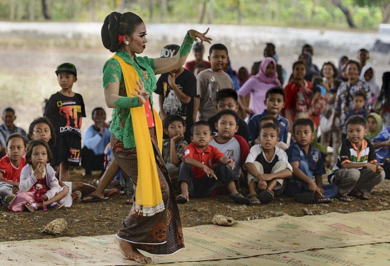 Dozens of  children watch a performing tayub dancer.  JP/ Tarko Sudiarno