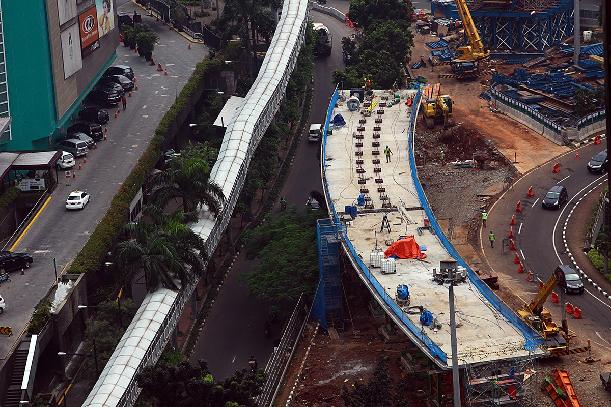 Workers finish the construction of the Semanggi elevated road on Jl. Sudirman, Central Jakarta, on Nov. 8, 2016. (JP/Seto Wardhana)