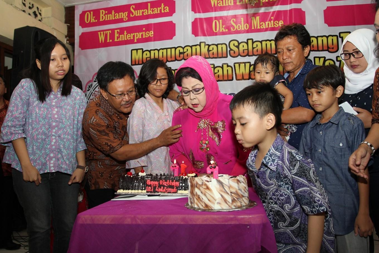 Waldjinah celebrates 71st birthday, dreams of singing for Jokowi