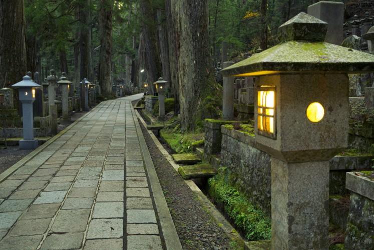 Night tour at Koyasan, Japan attracts foreign tourists