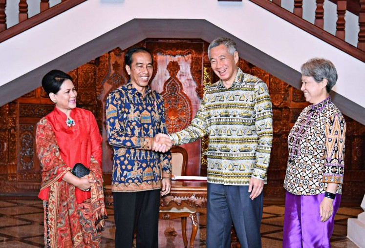 "Closer ties – President Joko ""Jokowi"" Widodo (second from left), accompanied by First Lady Iriana Joko Widodo (left), shakes hands with his Singaporean counterpart Prime Minister Lee Hsien Loong (second from right), accompanied by his wife Ho Ching, prior to their bilateral meeting in Semarang, Central  Java, on Nov. 14, 2016."