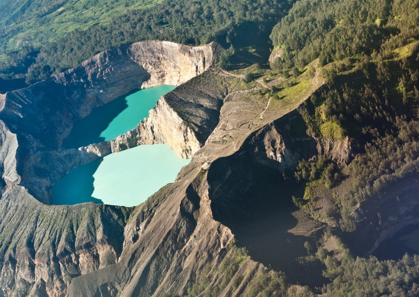 Kelimutu lakes change color for the 6th time this year