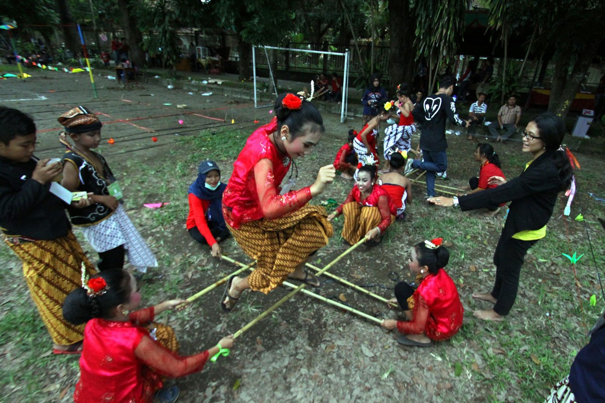 Participants of the parade perform a bamboo dance. In Yogyakarta, the traditional dance is called bambu geprak.  JP/ Aditya Sagita
