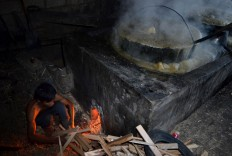 Workers tend the fire in a stove used for boiling sugarcane juice to make brown sugar in Genengan village in Malang, East Java. The home industry produces 800 kilograms of brown sugar per day and sells 100 kg for Rp 90,000 (US$6.60). JP/ Aman Rochman