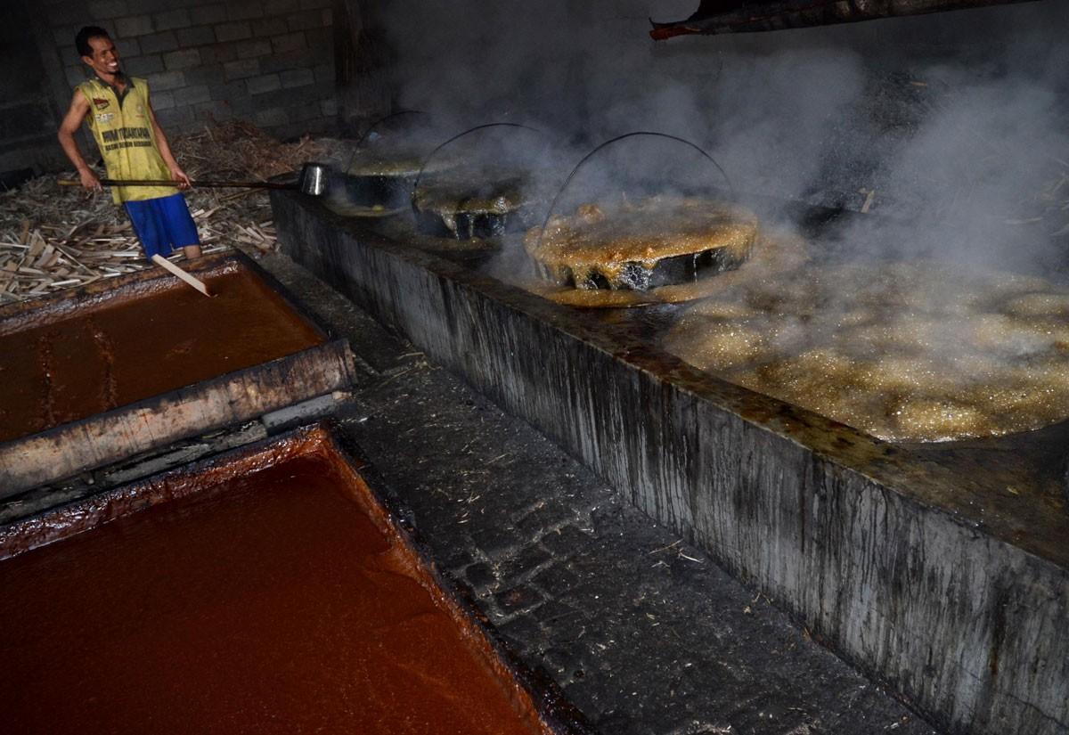 Supardi, 38, boils sugarcane juice to make brown sugar for an ingredient for seasonings like sweet soy sauce. Supardi is the owner of the home industry in Malang, East Java. JP/ Aman Rochman