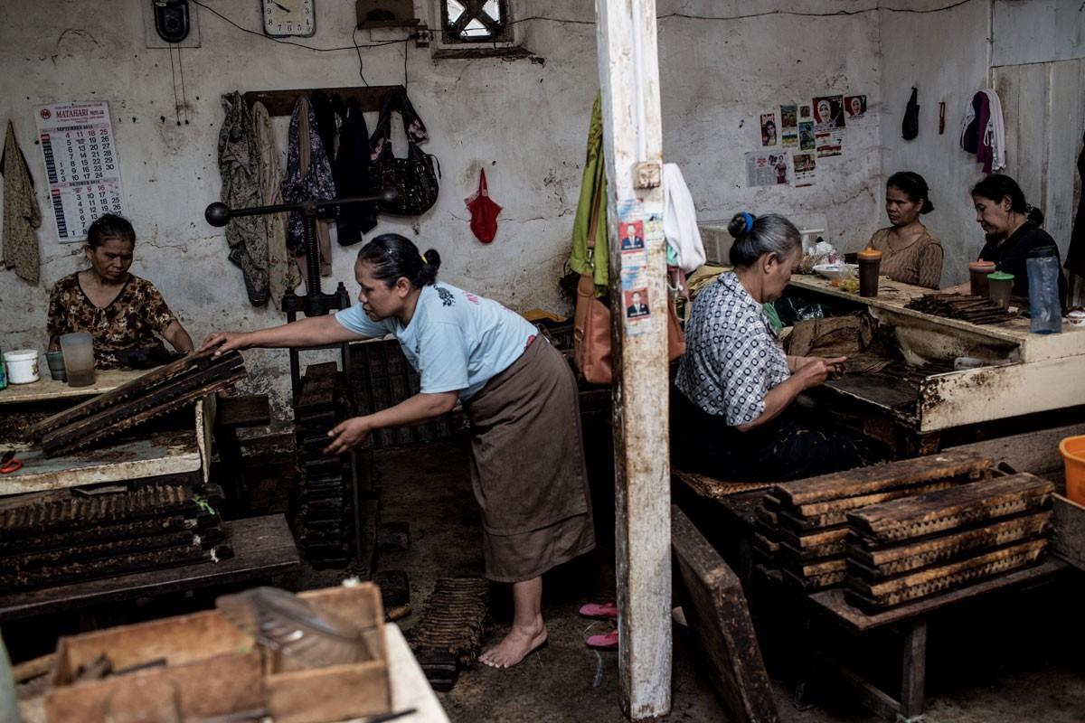 Women make cigars in one of the rooms in the Rizona Baru factory. JP/Agung Parameswara