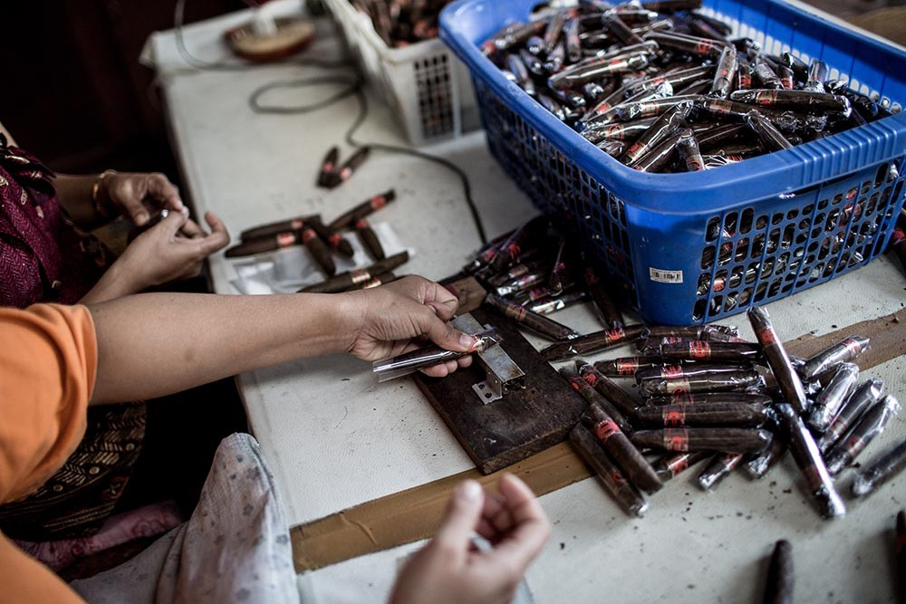 Workers wrap cigars with clear plastic at the Rizona Baru cigar factory in Temanggung, Central Java. JP/Agung Parameswara