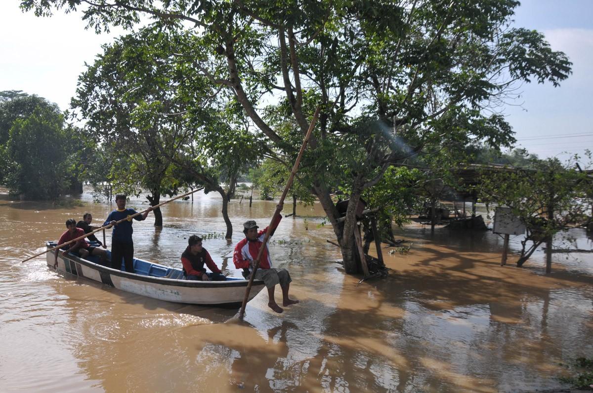 Residents use boats to salvage their valuables at Sangkrah, Surakarta, Central Java. JP/ Ganug Nugroho Adi