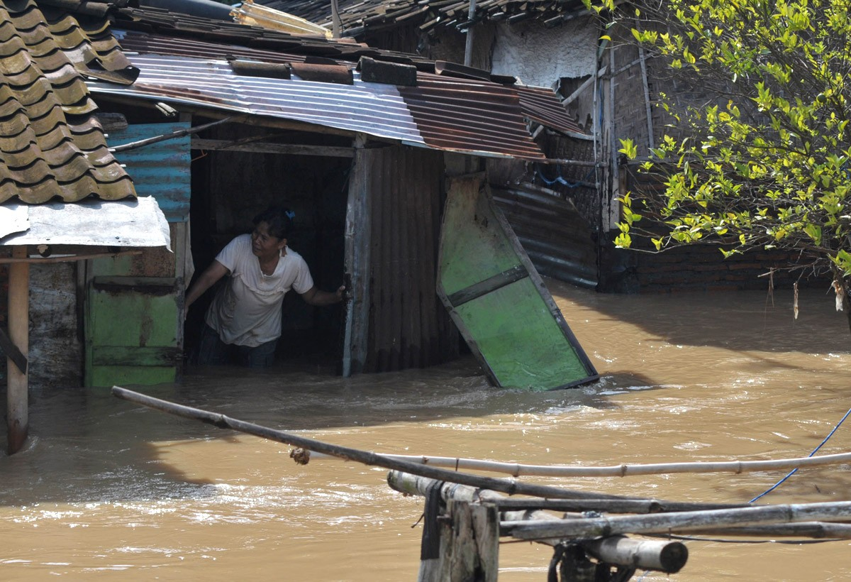 A resident appears to be trapped in her swamped home in Semanggi, Surakarta Central Java. JP/ Ganug Nugroho Adi