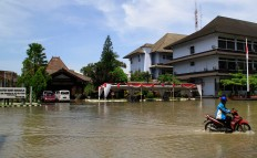 Sukoharjo Regency square located on Jl. Raya Sukoharjo-Wonogiri is swamped in flood water up to 50 centimeters deep. JP/ Ganug Nugroho Adi