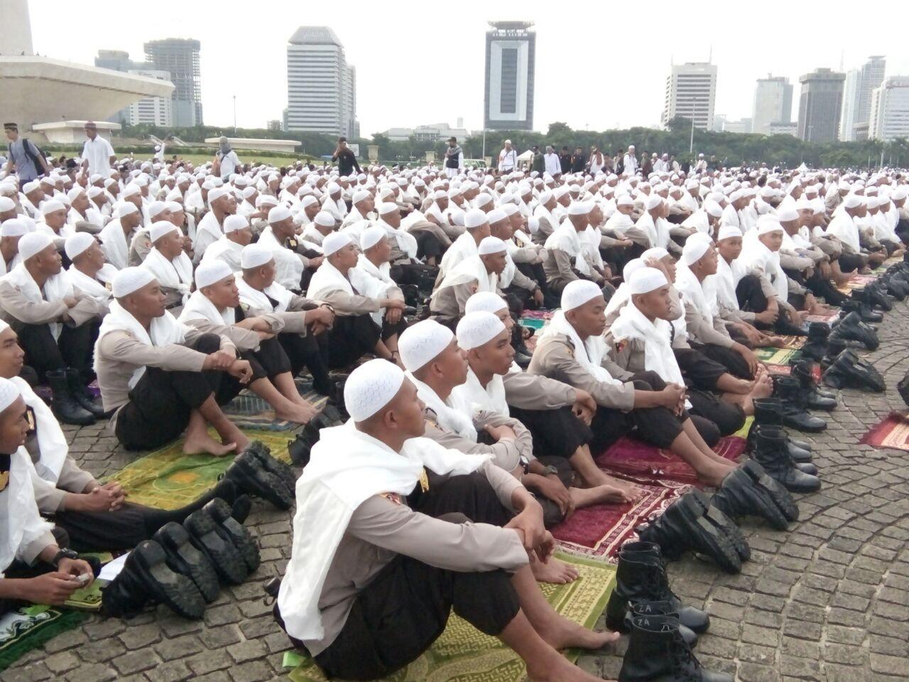 Thousands of worshipers flock to Monas for anti-Ahok gathering