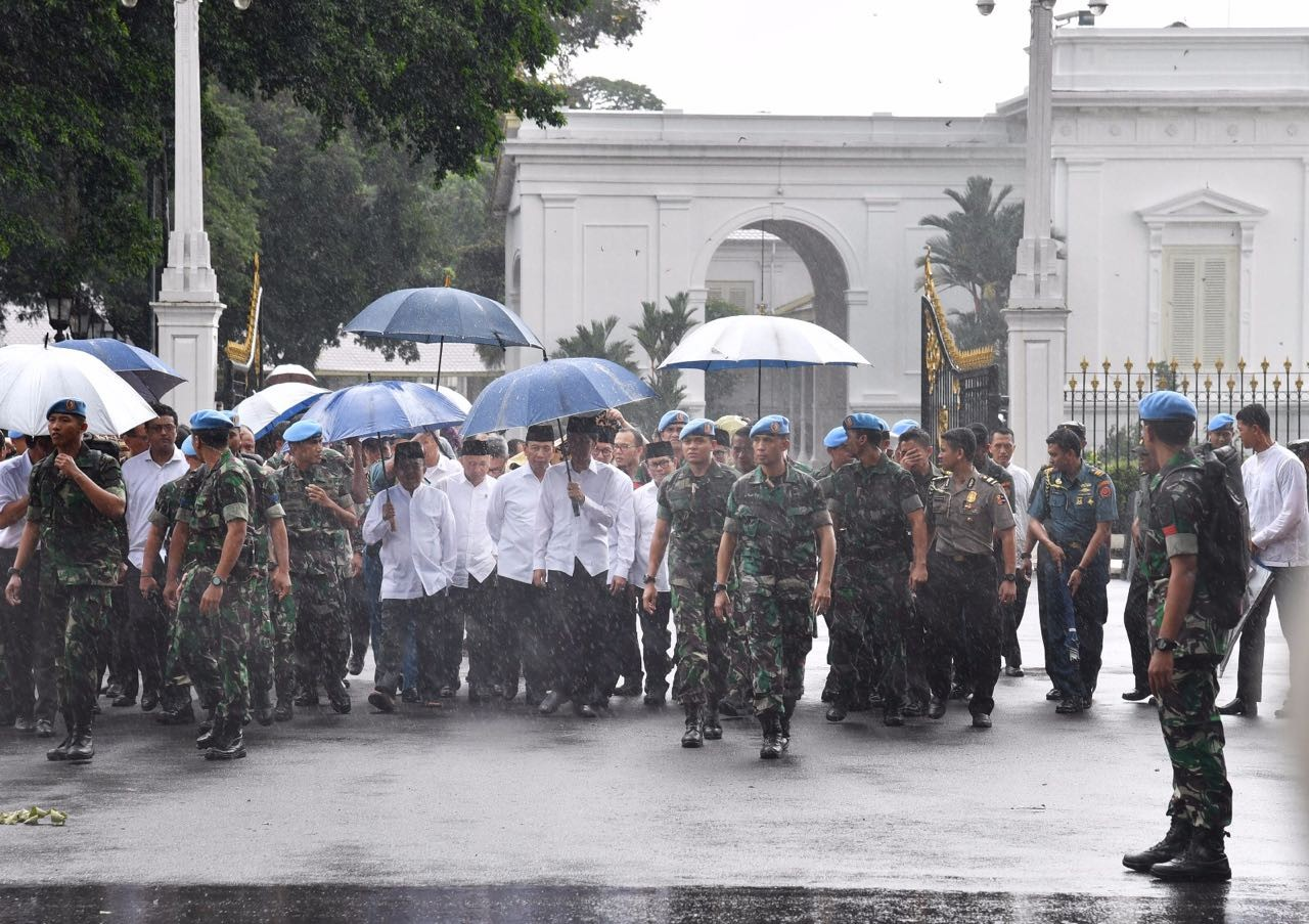Photo Gallery: Jokowi, Kalla join Friday prayers with protesters, calm protesters