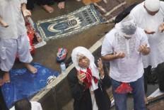 Focused: Congregators are seen in solemn prayer on Jl. MH Thamrin. JP/ Dhoni Setiawan