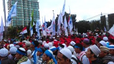 """Another rally: At the same time as the rally, hundreds of workers gathered near the Heroes Monument in Central Jakarta. They demanded a wage increase and the arrest of Jakarta Governor Basuki """"Ahok"""" Tjahaja Purnama for alleged blasphemy. JP/ Fachrul Sidiq"""