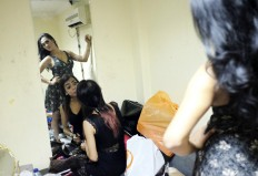 Final Touches: Finalists prepare backstage for their big moment in the spotlight. JP/ Jerry Adiguna