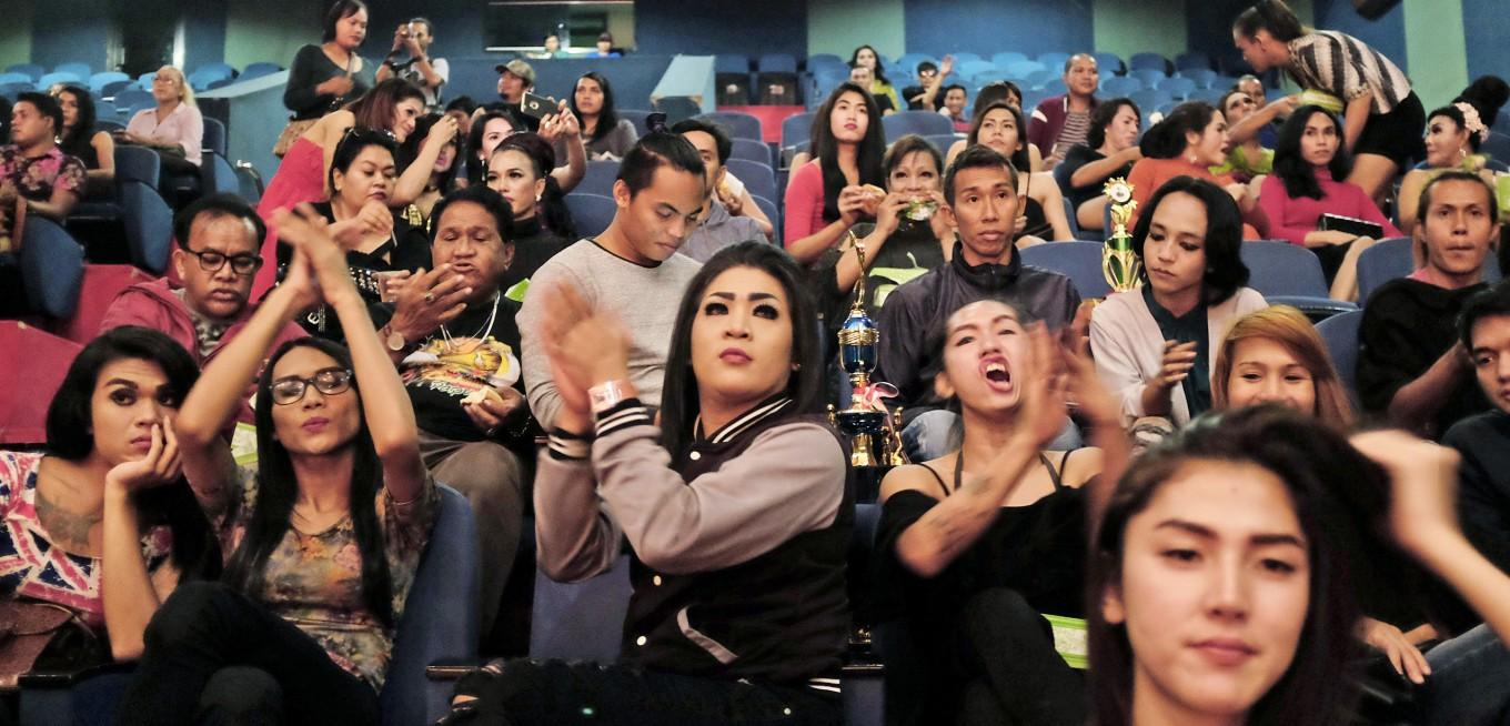 Enjoying the show: Members of the audience give their encouragement to their favorites. JP/ Jerry Adiguna