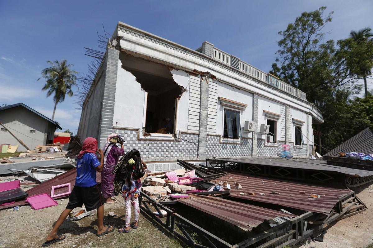 Residents inspect a collapsed house after an earthquake in Pidie Jaya regency, Aceh, on Dec. 7. JP/ Hotli Simanjuntak