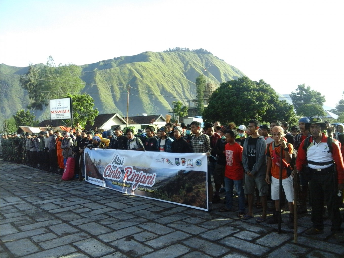 Hundreds clean woefully littered Mt. Rinjani, expect to bring down 5 tons of trash