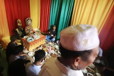 Zulkarnaen and Rohimah sit together with family members for a modest wedding celebration at the bride's house in Meunasah Jurong village in Pidie Jaya regency, Aceh, on Saturday, 10 December 2016. JP/ Dhoni Setiawan
