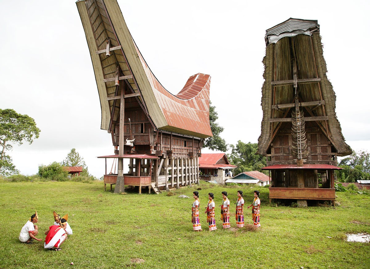Ritual: In their traditional costumes, men and women of Toraja wait to welcome tourists in Suloara' village. JP/ PJ Leo