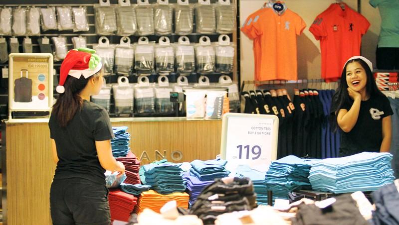 Police escort FPI members during raid on Santa hats in Surabaya malls