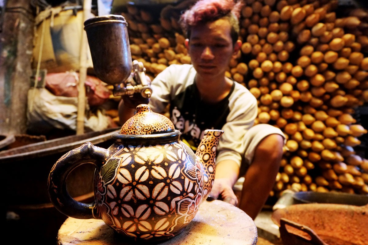 After the coloring process, artisans still have to cover their pottery with melamine or aqualaquer so that their colors can be glossier and last longer. warna JP/Ganug Nugroho Adi