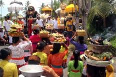 Villagers pray in front of three sacred barong [lion] effigies during the Ngedeblag ritual in Kemenuh village, Gianyar, Bali. JP/ Zul Trio Anggono