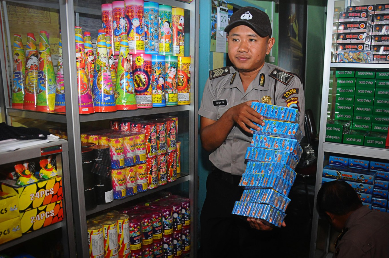 Two minibuses carrying firecrackers explode, injuring five in Sukabumi