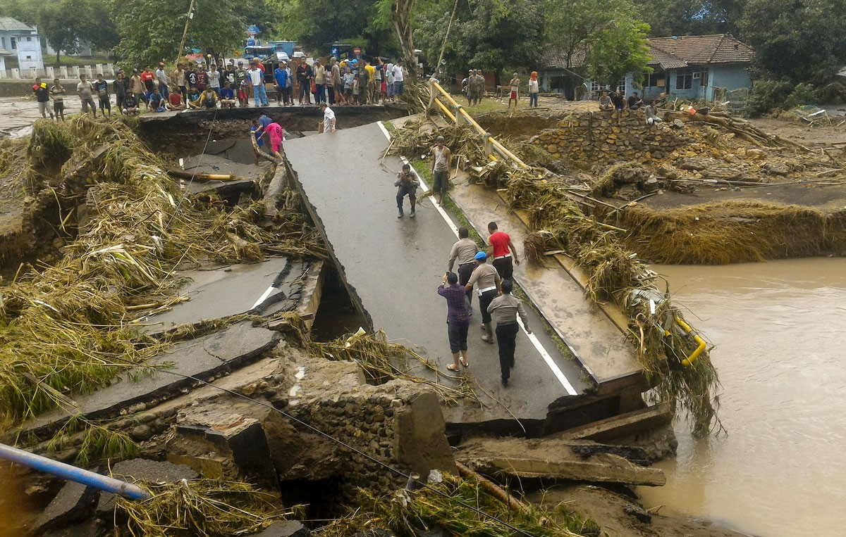 Thousands of Bima flood victims still in shelters with many falling ill