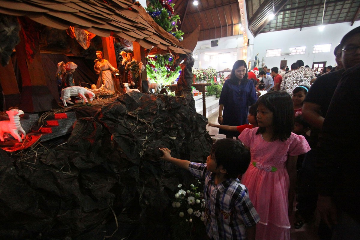 Children enjoy the nativity scene of Jesus Christ's birth after the children's mass at Hati Kudus Tuhan Yesus Catholic Church, Pugeran Yogyakarta, on Christmas day. JP/Aditya Sagita