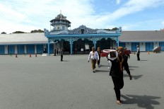 Royal servants carry Gamelan Sekati from the Kasunanan Palace, Surakarta, to the Grand Mosque. JP/Ganug Nugroho Adi