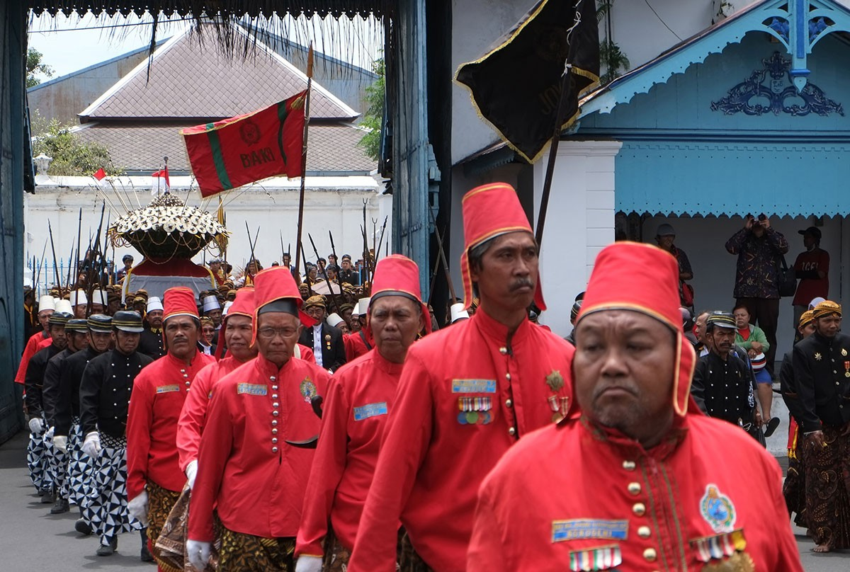Royal servants and soldiers of the Kasunanan Palace, Surakarta, bring gunungan [cone shaped offerings] in a ritual procession during Gerebeg Sekaten.  JP/Ganug Nugroho Adi