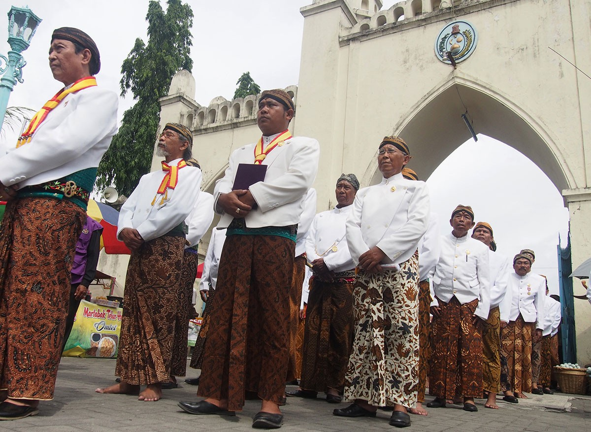 Royal servants and family members of the Kasunanan Palace in Surakarta, Central Java, walk to the Surakarta Grand Mosque where a musical performance using Sekati, a set of gamelan or Javanese traditional instruments belonging to the palace, will mark the start of Sekaten. JP/Ganug Nugroho Adi