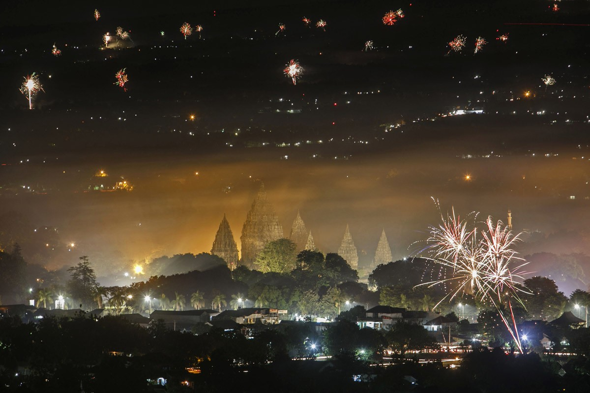 Fireworks at Prambanan temple in Sleman, Yogyakarta, on Jan. 1, 2017. Antara/Hendra Nurdiyansyah