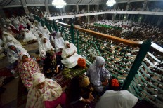 Muslims pray and chant at the Al Markaz Al Islami mosque in Makassar, South Sulawesi. Antara/Dewi Fajriani