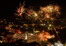 Thousands of people from around Yogyakarta gather for the fireworks at Tugu on Saturday night. JP/Tarko Sudiarno